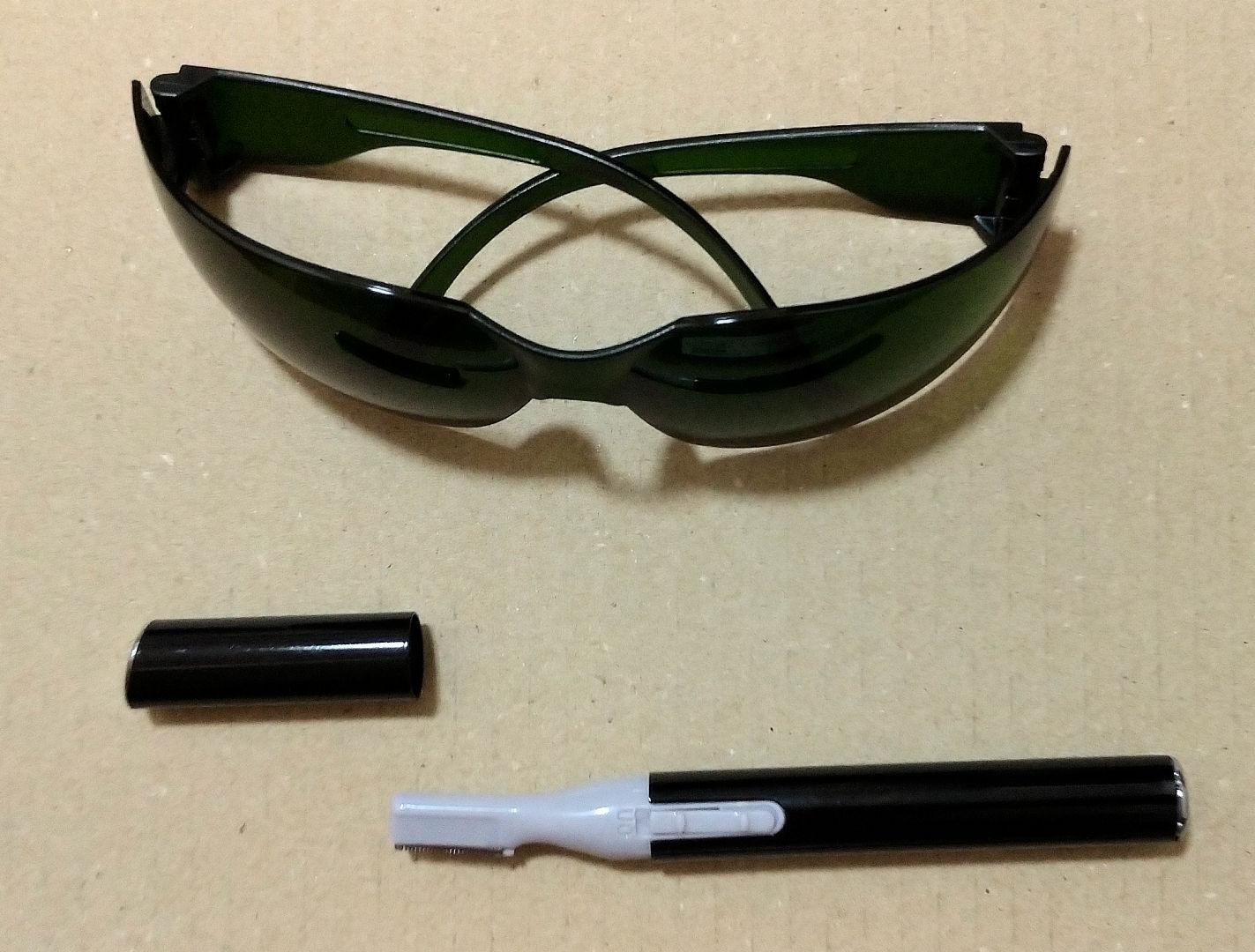 脱毛器 オーパスビューティー03の付属品、サングラスとシェーバー